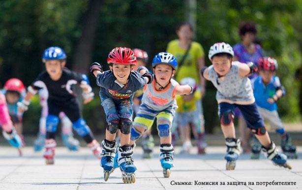 деца с тротинетки, кънки и скейтборд