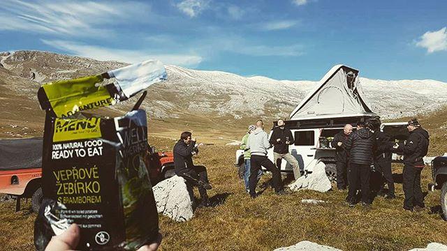 опънати палатки в импровизиран къмпинг за обяд