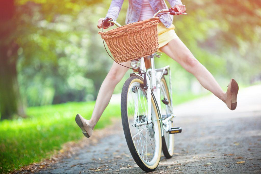 жена кара колело