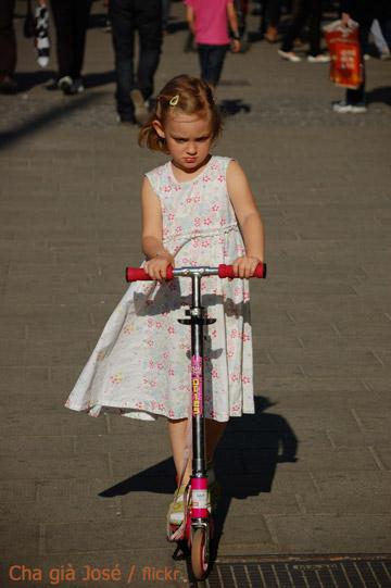 Момиче с рокля на тротинетка
